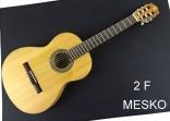 Alhambra 2 F, Guitarra Española, Clásica  Cuerdas Nylon,  TAPA: Cedro Macizo, AROS Y FONDO: Sicomoro, MANGO: Samanguila, DIAPASÓN: Palosanto de India CLAVIJEROS: Niquelados, Incluye Funda